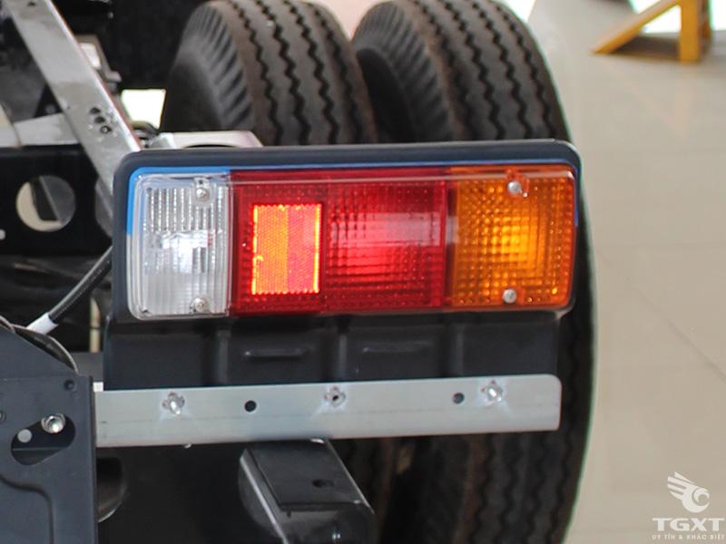 Xe Tải Hino XZU730L 3T5 Nâng Đầu Chở Máy Chuyên Dùng